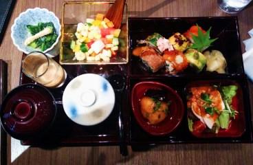 Menú del día en Ginza: sopa de miso, sushi, takoyaki, pollo, crema de huevo...!